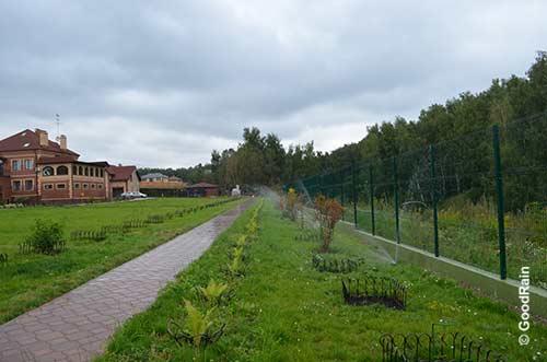 Спринклеры поливают газон