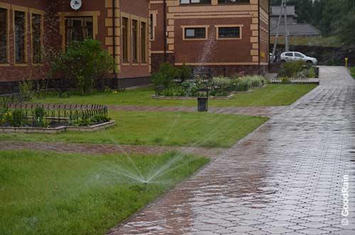 Дождевание вдоль дорожек